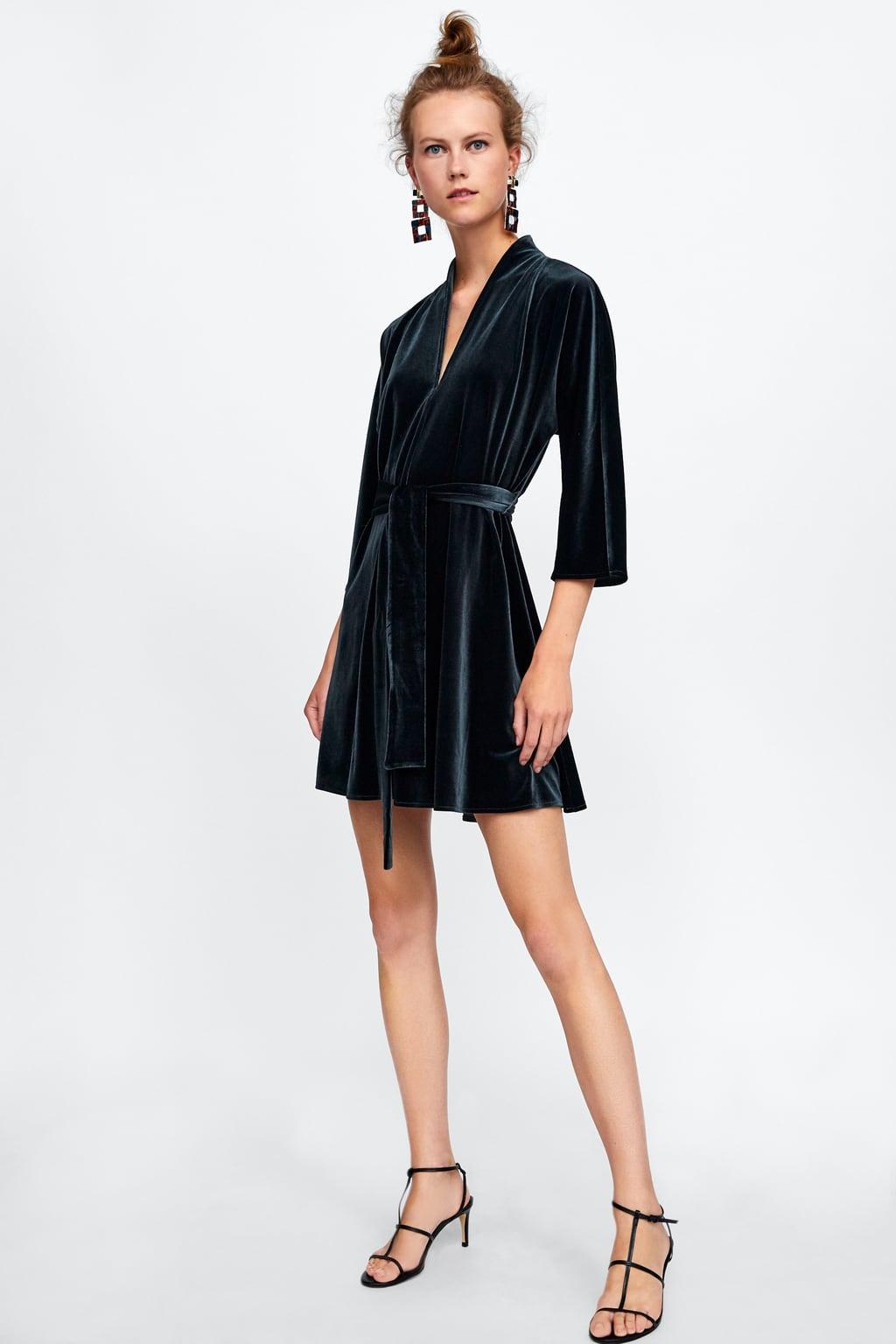 Модель в черном бархатном платье мини