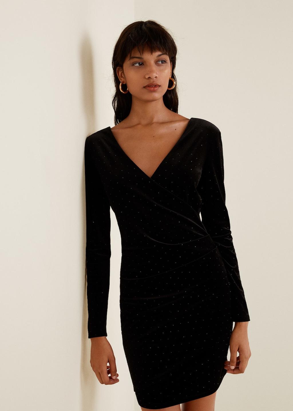 Модель в черном бархатном платье с длинными рукавами