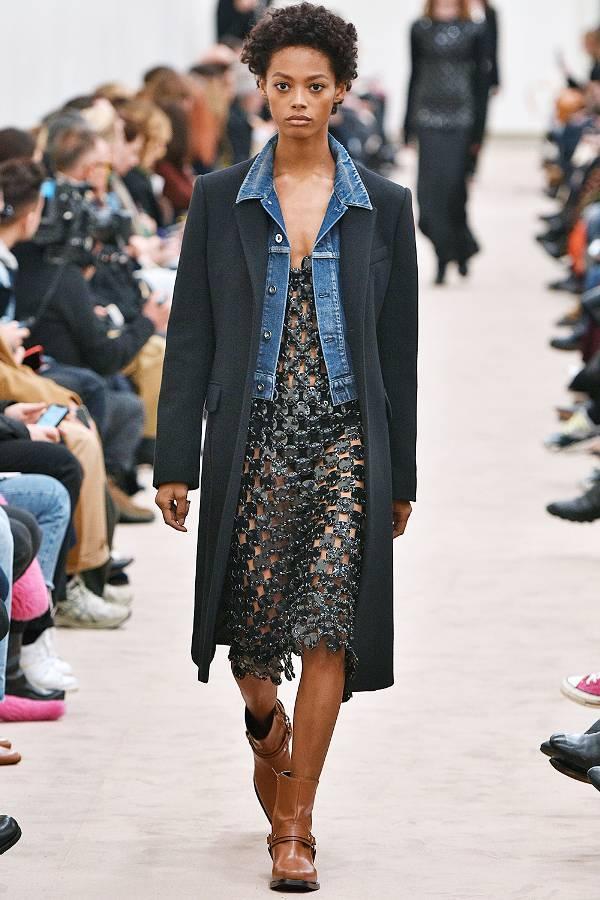 Модель в черном пальто, платье и джинсовка