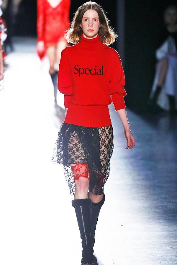 Модель в красном свитере и юбке