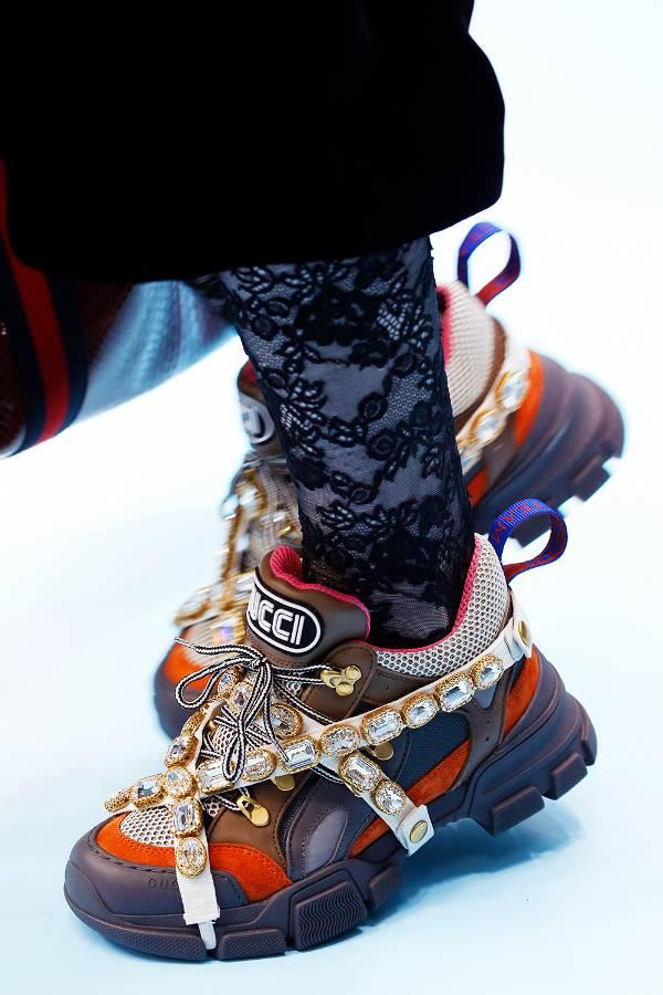 Модель в кроссовках с кристаллами