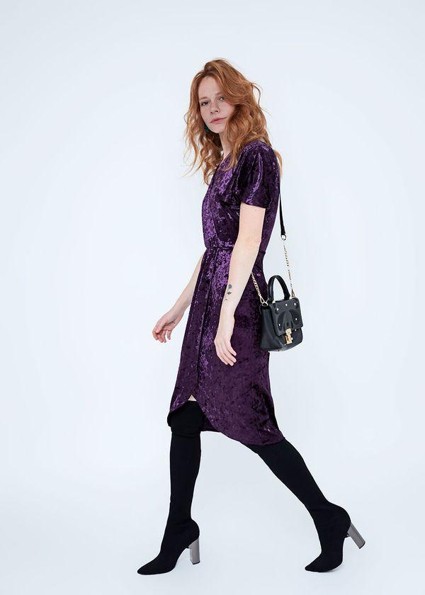 Модель в крсивом бархатном платье
