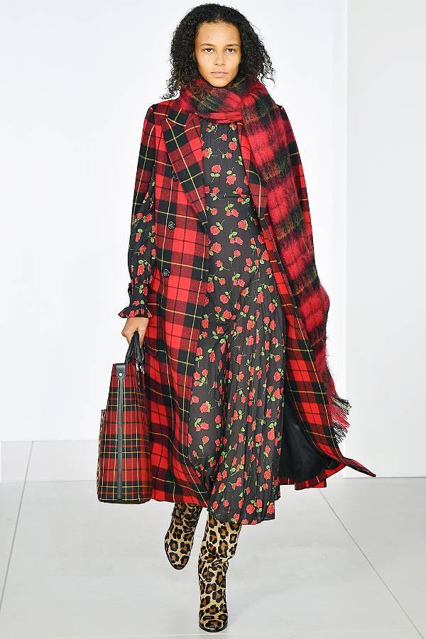 Модель в платье с принтом и красный жилет в клетку