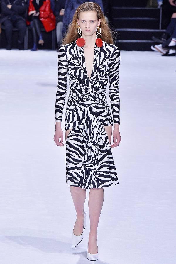 Модель в платье с принтом зебры