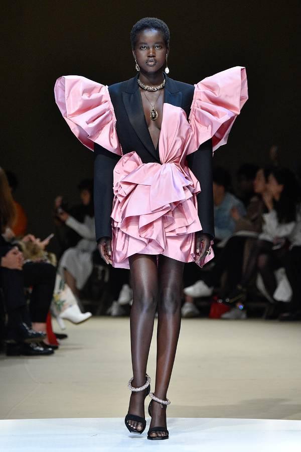 Модель в розовом необычном мини платье