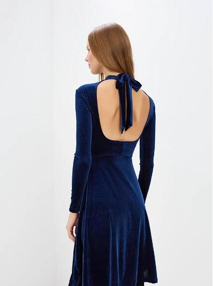 Модель в синем бархатном платье с открытой спиной