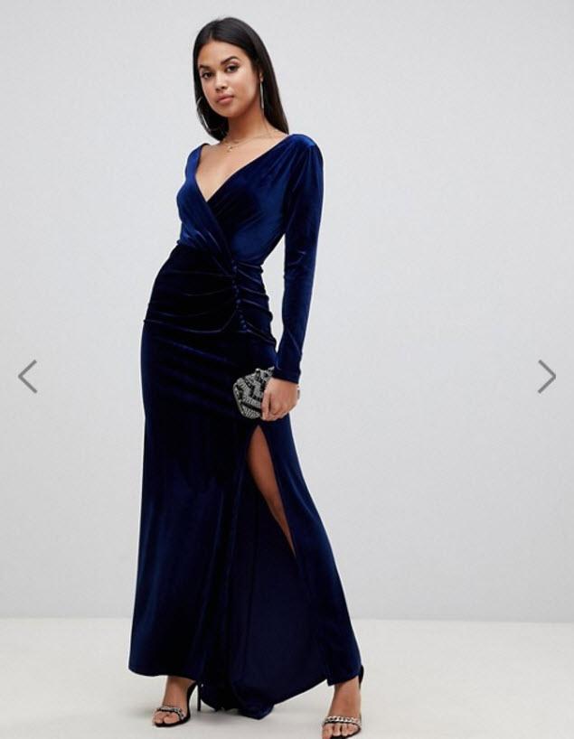 Модель в вечернем бархатном платье макси с длинными рукавами