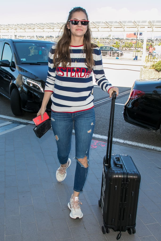 Barbara Palvin в рваных джинсах и полосатом свитшоте
