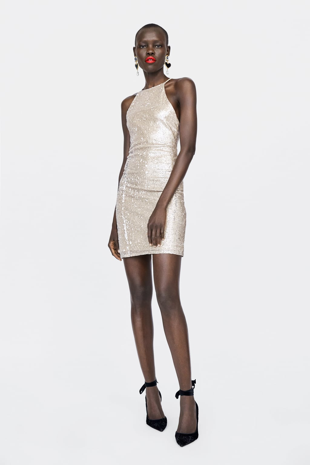 Девушка в белом мини платье с блестками