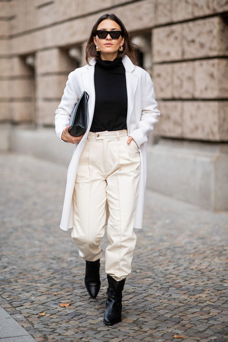 Девушка в белом пальто, брюки и черные ботильоны
