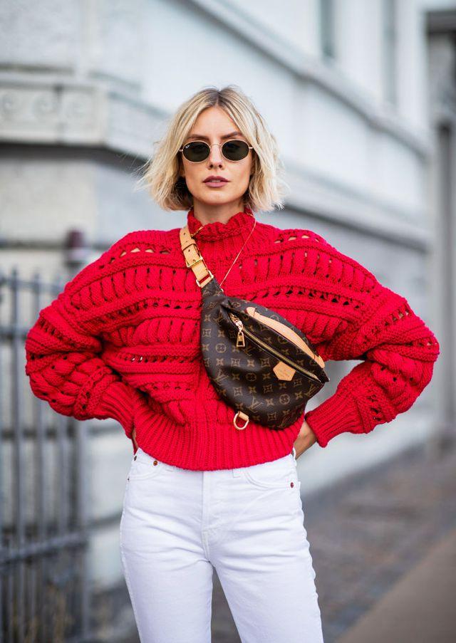 Девушка в белых джинсах и красном свитере