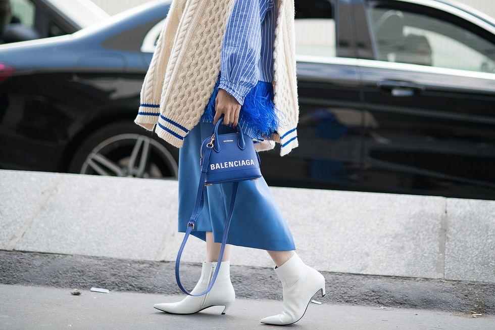 Девушка в белых остроконечных ботильонах на низком каблуке