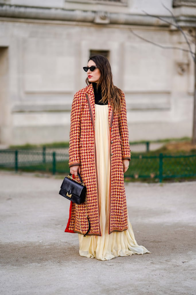 Девушка в бежевом платье макси и красное пальто