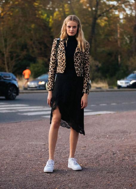 Девушка в черном платье, леопардова куртка и кеды