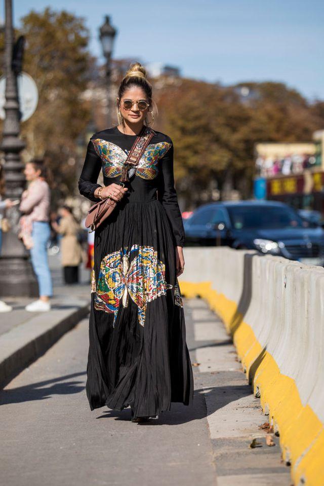 Девушка в черном платье макси с принтом