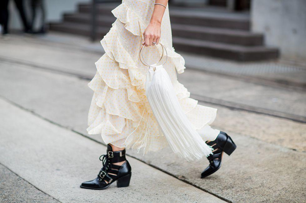Девушка в черных ботильонах с пряжками на низком каблуке
