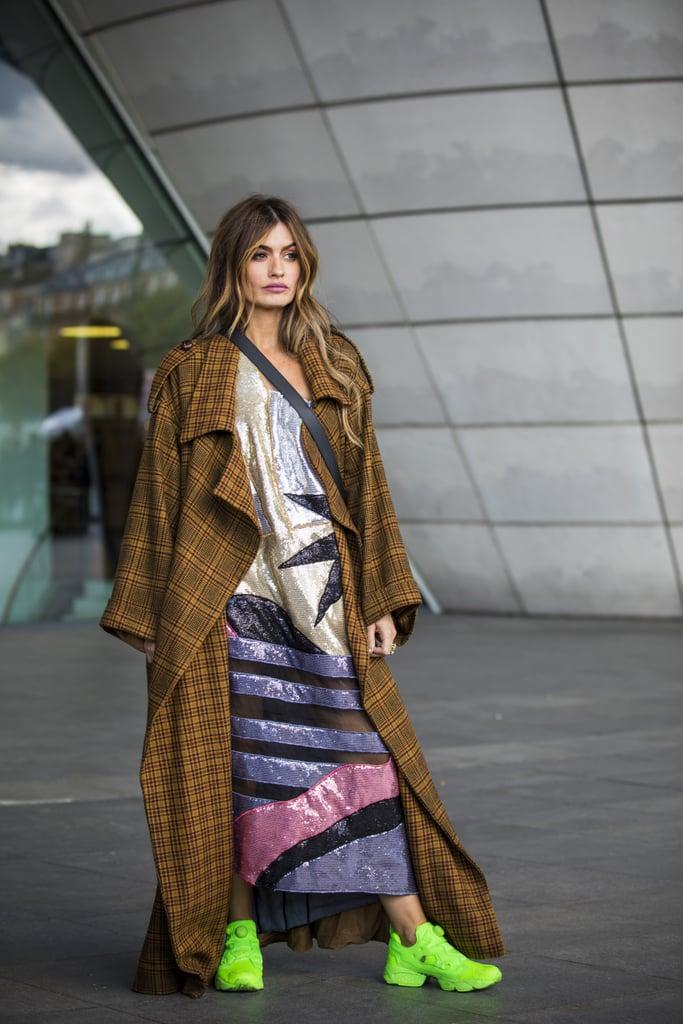 Девушка в длинном платье и коричневом пальто, неоновые кроссовки