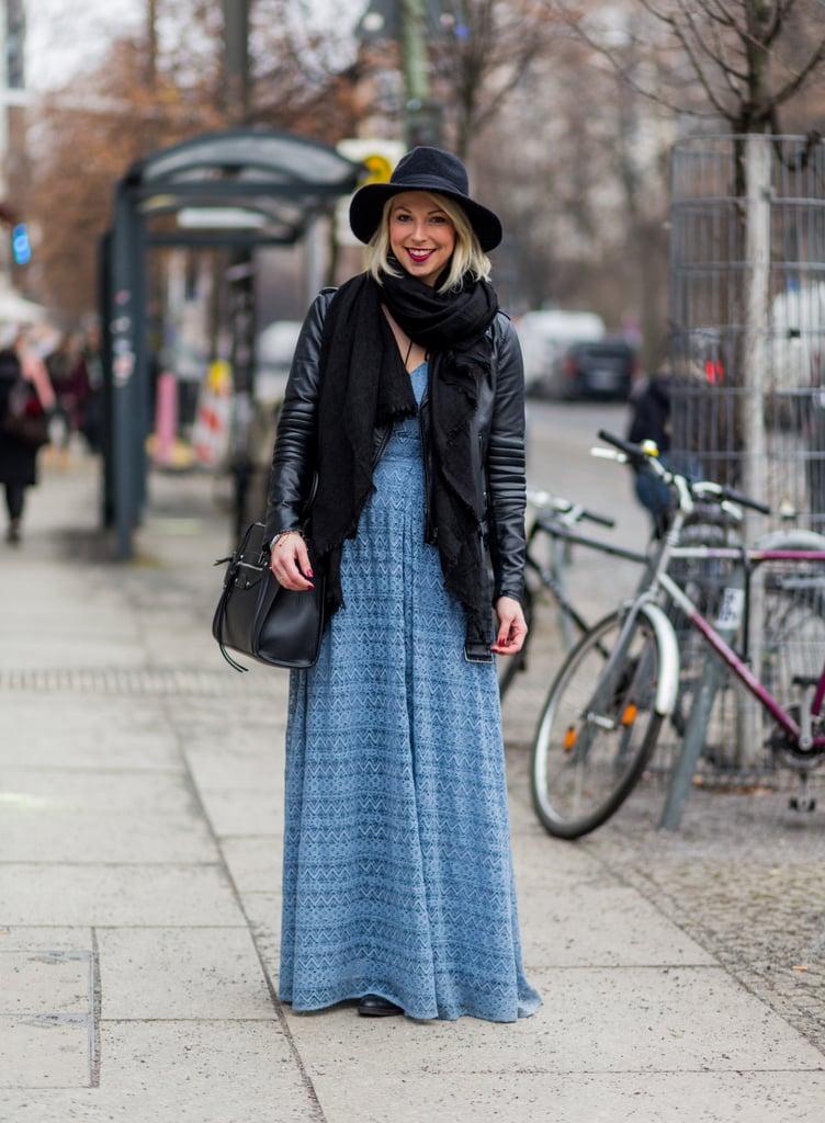 Девушка в голубом платье, кожаная куртка, шарф и шляпа