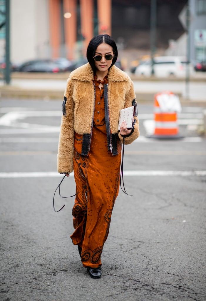 Девушка в коричневом платье и укороченная куртка