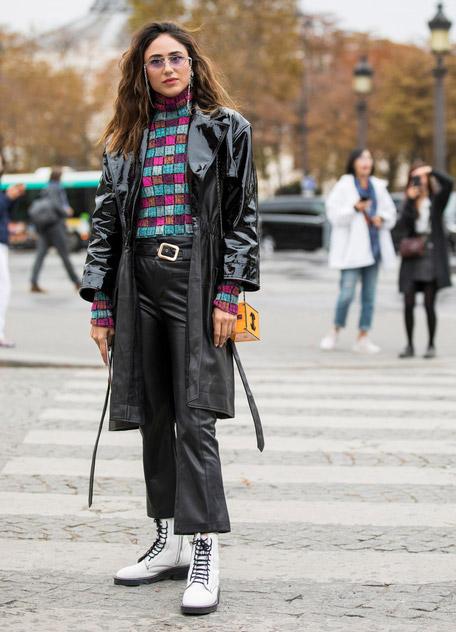 Девушка в кожаных брюках, лакированный плащ и белые ботинки на шнуровке
