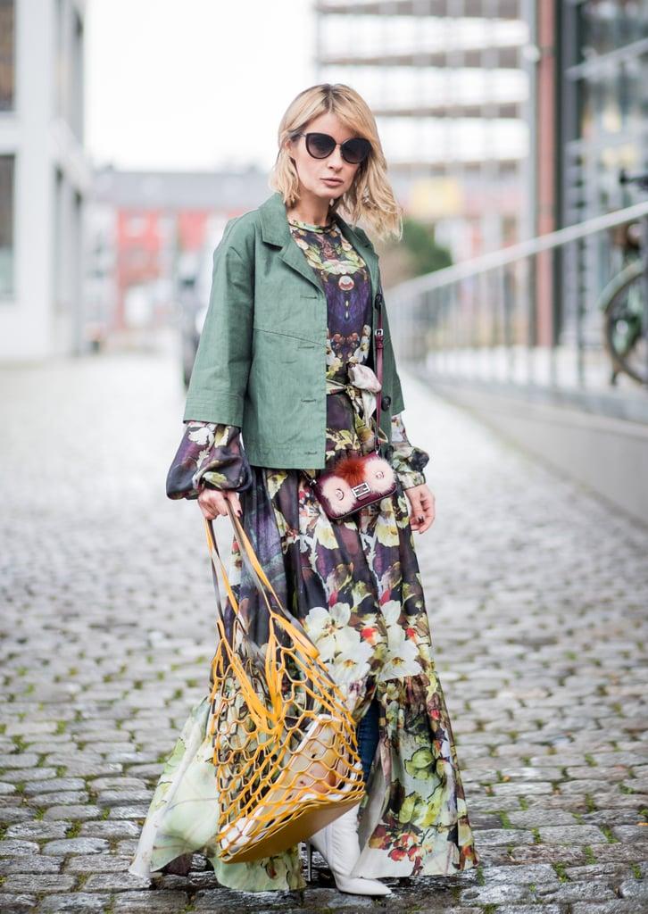 Девушка в красивом длинном платье и укороченной куртке