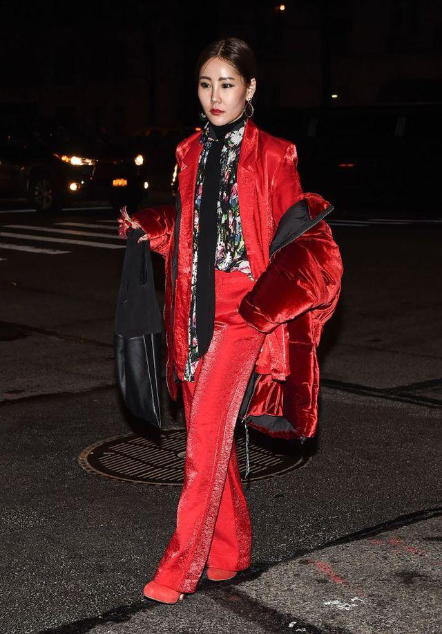 Девушка в красном бархатном костюме