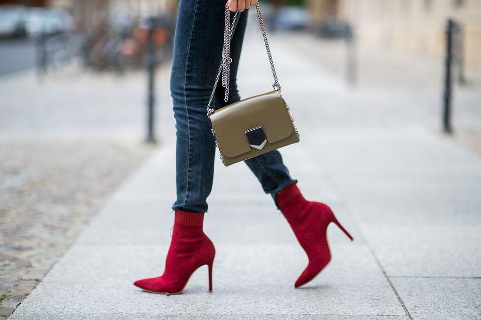 Девушка в красных ботильонах носках на шпильке