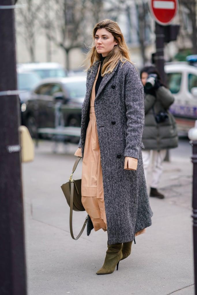 Девушка в платье макси и серое пальто