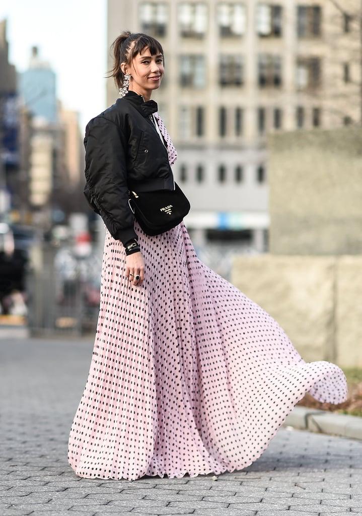 Девушка в розовом платье в горошек и черный бомбер