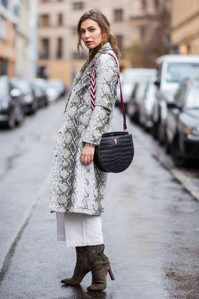 Девушка в корочневом плюшевом пальто, леггинсы и кроссовки