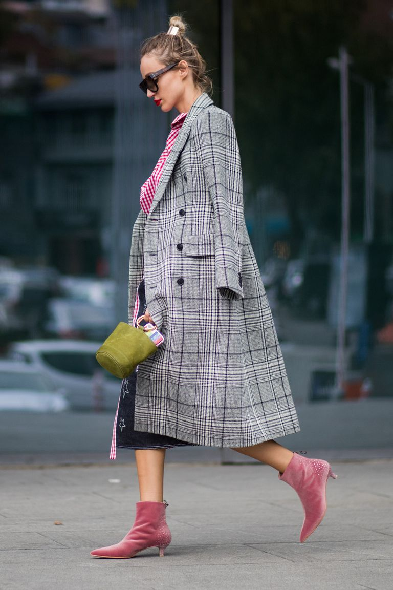 Девушка в сером пальто в клетку и розовых ботильонов