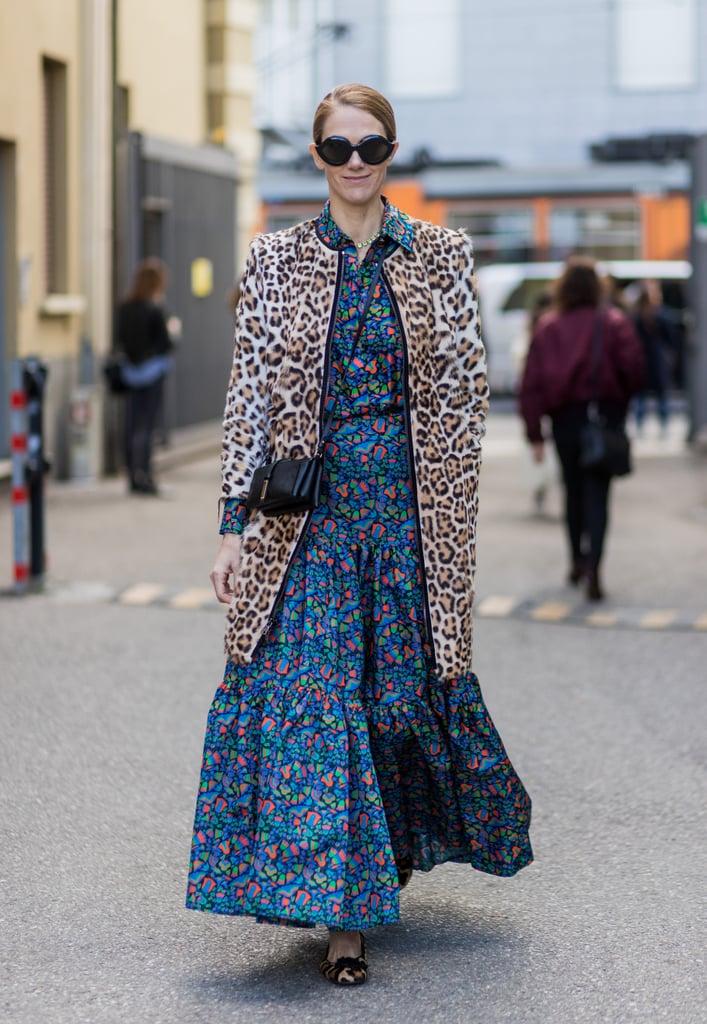 Девушка в синем платье с цветочным принтом и леопардовое пальто