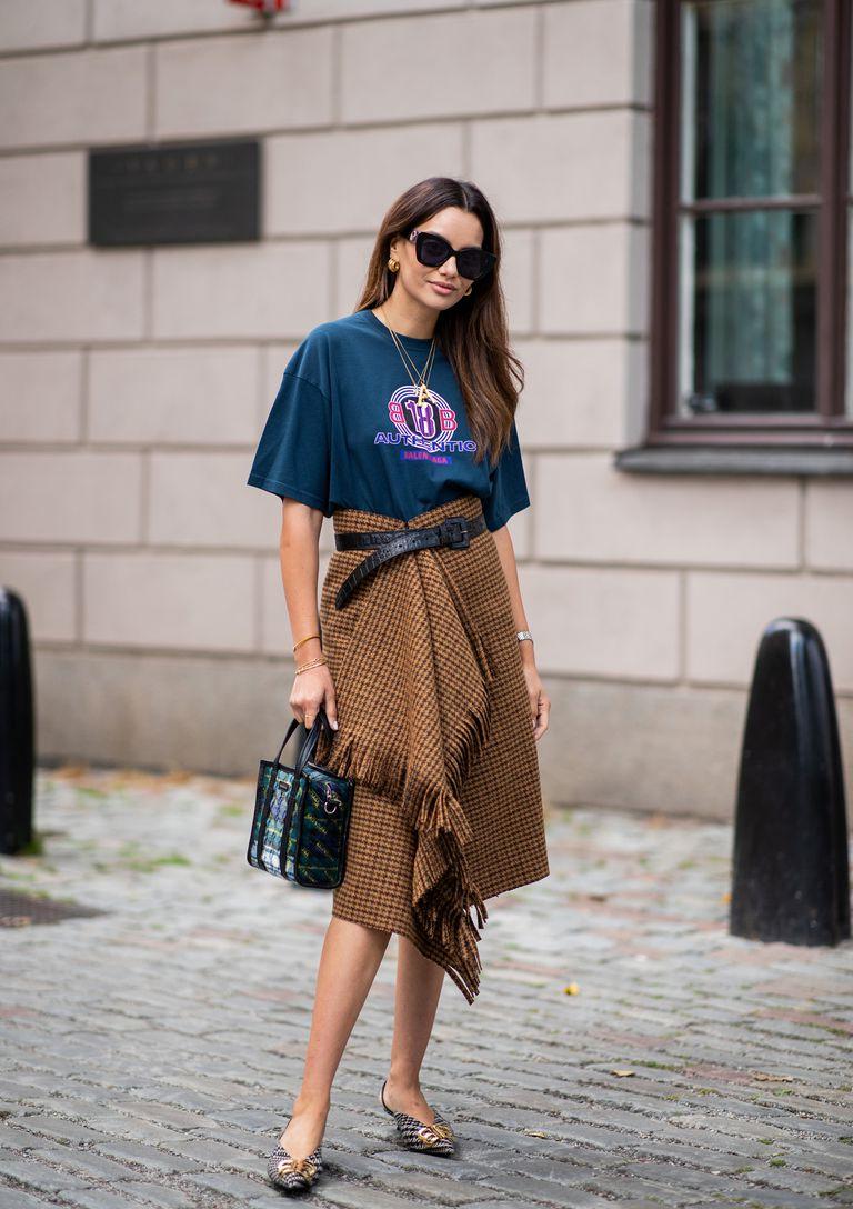 Девушка в юбке с бахромой и футболка