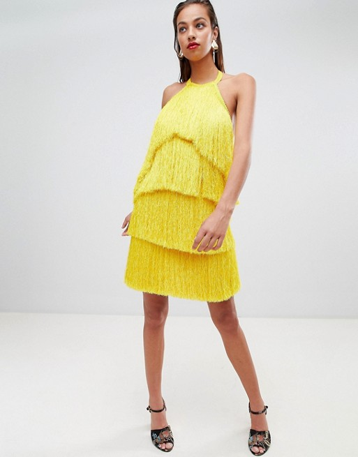 Девушка в желтом мини платье с бахромой