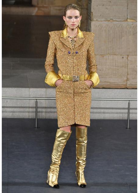 Девушка в золотом платье футляр и золотых сапогах