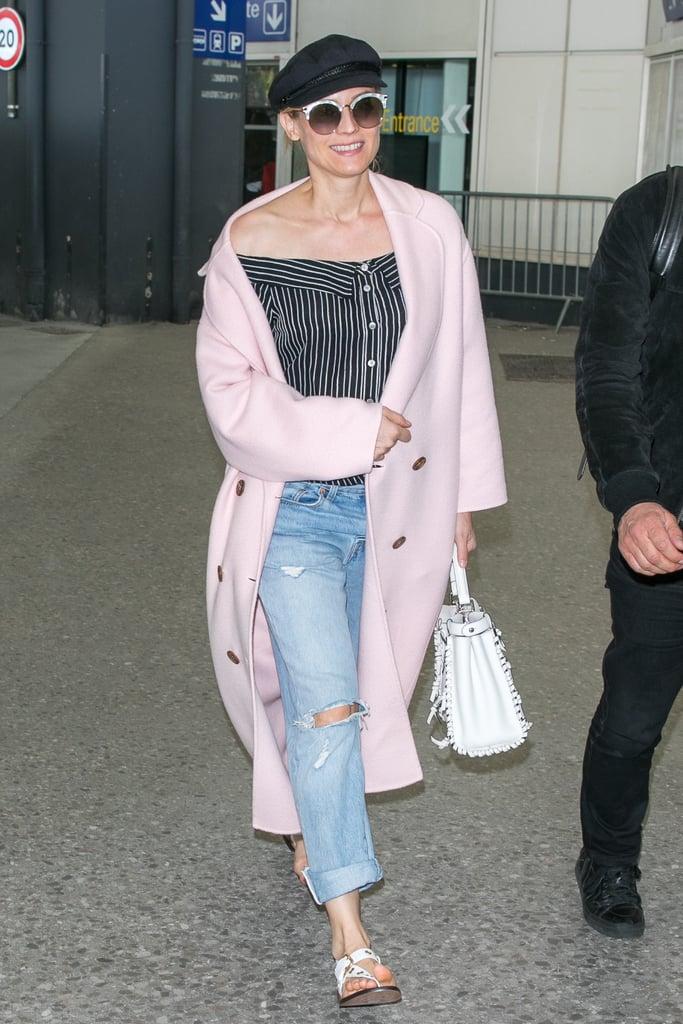 Diane Kruger в голубых джинсах, черный топ и розовое пальто