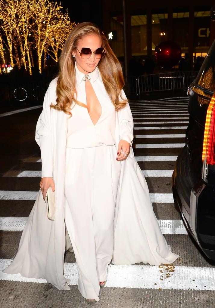 Дженнифер Лопес в белом комбинезоне и пальто