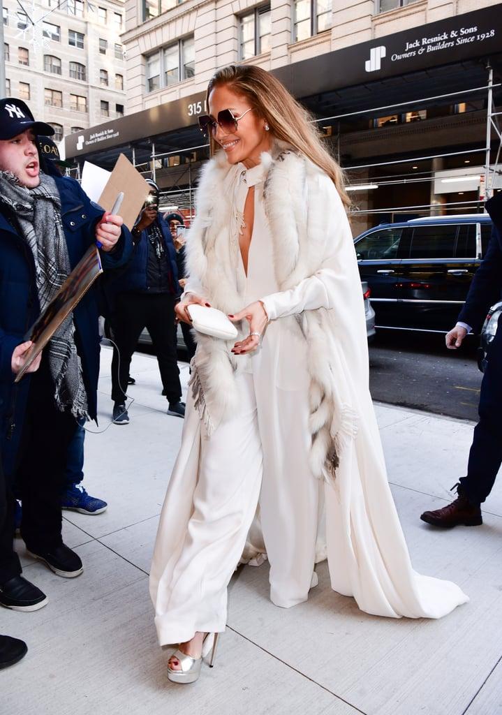 Дженнифер Лопес в длинном белом пальто