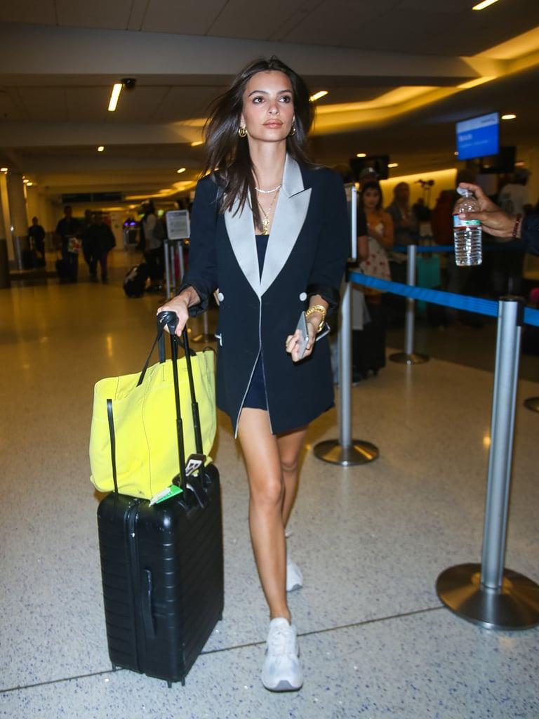 Emily Ratajkowski в черном пиджаке оверсайз и кроссовках