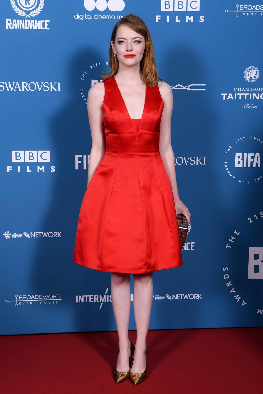 Емма Стоун в красном платье миди