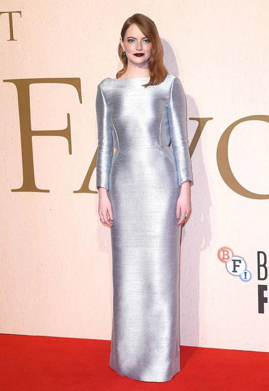 Емма Стоун в серебристом платье макси с длинными рукавами
