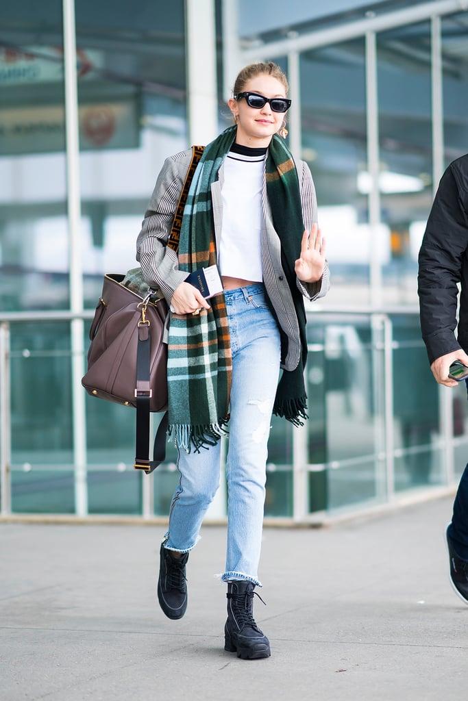 Gigi Hadid в голубых джинсах, белый топ и серое пальто