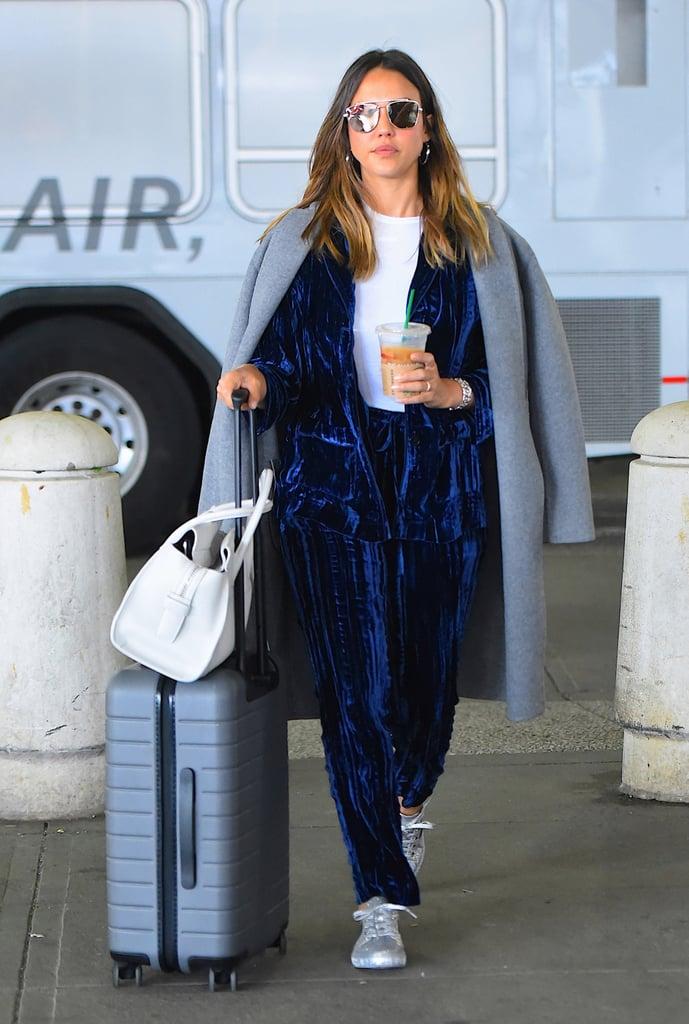 Jessica Alba в бархатном брючном костюме и сером пальто