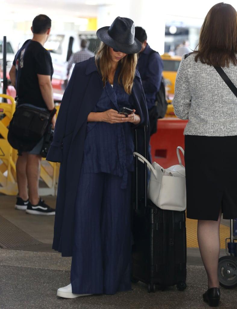 Jessica Alba в черном брючном плаще, шляпа