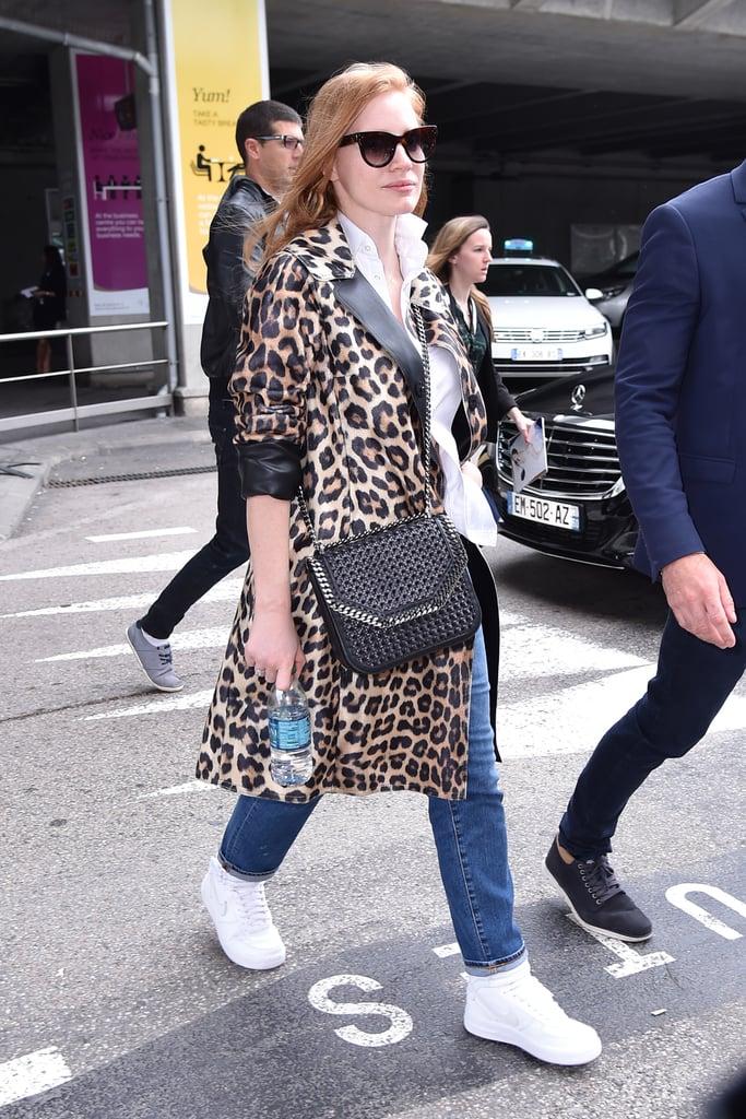 Jessica Chastain в джинсах и леопардовое пальто