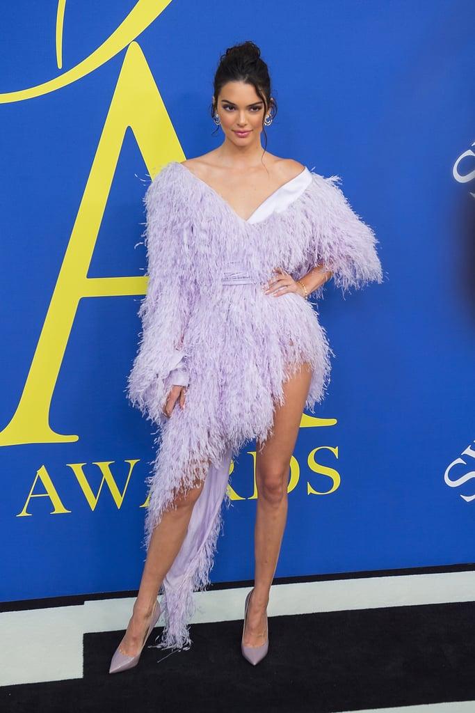 Кендалл Дженнер в нежном фиолетовом платье с перьями