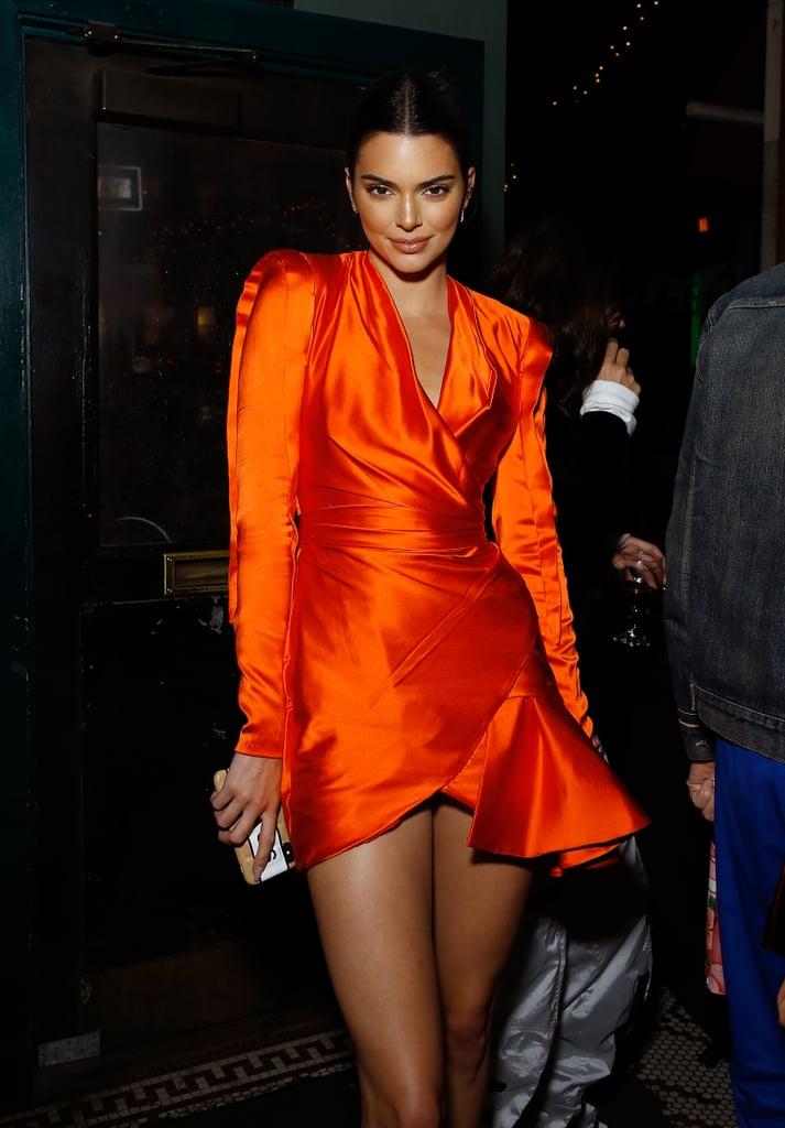 Кендалл Дженнер в оранжевом мини платье с длинными рукавами
