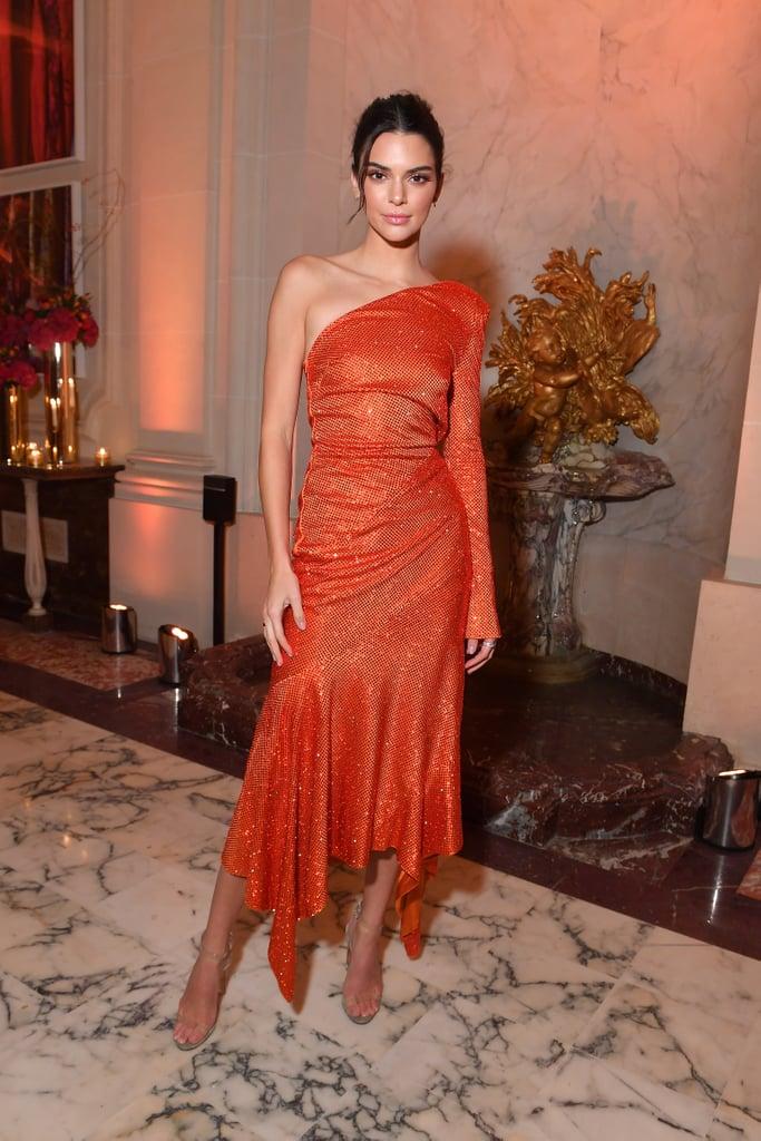 Кендалл Дженнер в оранжевом платье миди на одно плечо
