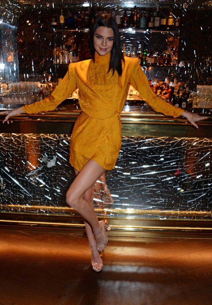 Кендалл Дженнер в желтом сини платье с длинными рукавами