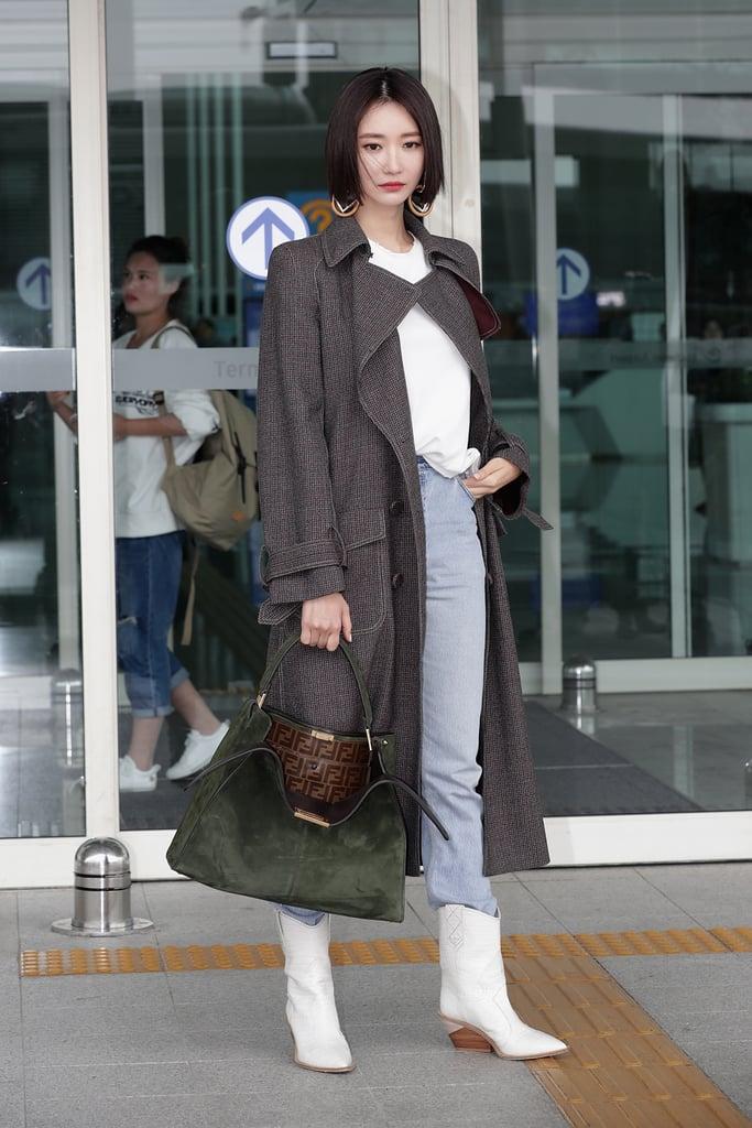 Koh Joon Hee в серых брюках, белая футболка и серое пальто